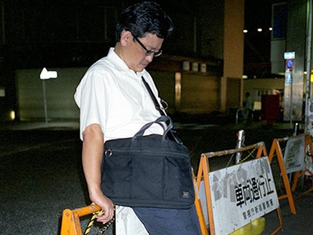 Doanh nhân Nhật Bản ngủ gật ở lề đường do làm việc quá sức - 8