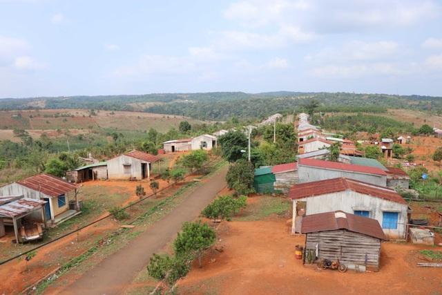 Dân bỏ khu định cư mới về lại buôn vì thèm nước sạch - 1