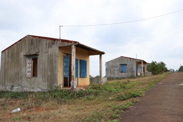 Dân bỏ khu định cư mới về lại buôn vì thèm nước sạch - 5