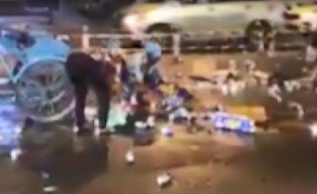 """Hàng chục người xúm vào """"hôi bia"""" giữa trung tâm Sài Gòn - 1"""