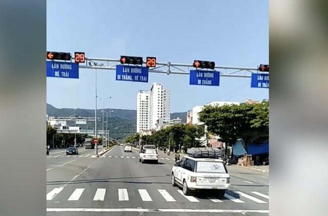 Đoàn xe nối đuôi nhau vượt đèn đỏ tại Đà Nẵng: Một hãng ô tô sở hữu xe vi phạm - 1