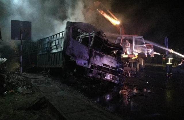Hai ô tô bốc cháy dữ dội, 2 người bị thiêu cháy, quốc lộ tắc kinh hoàng - 4