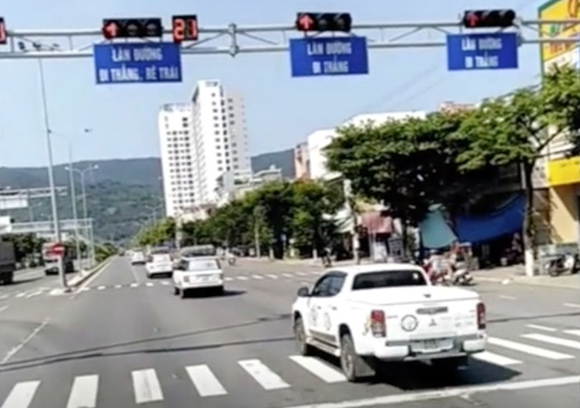 Đoàn xe nối đuôi nhau vượt đèn đỏ tại Đà Nẵng: Một hãng ô tô sở hữu xe vi phạm - 2