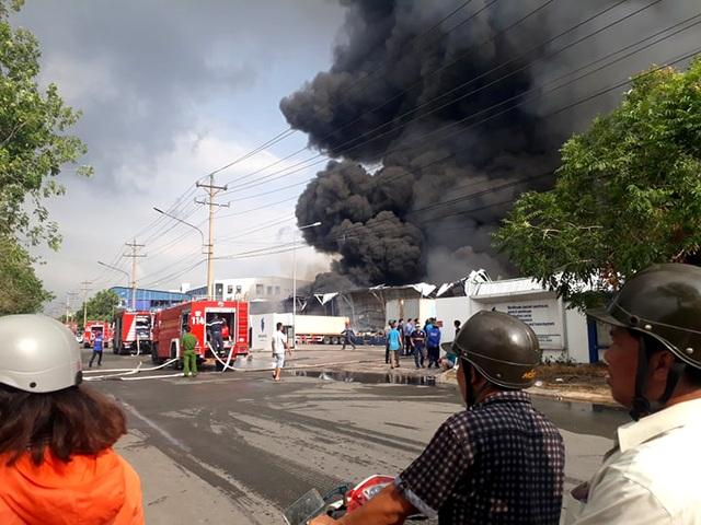 Cháy cực lớn trong khu công nghiệp Sóng Thần 2 - 10