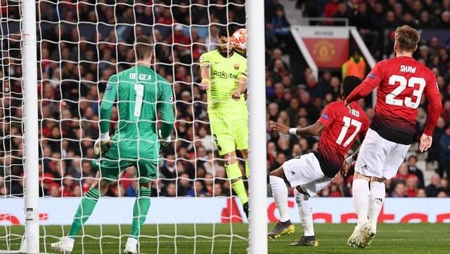 Man Utd 0-1 Barcelona: Luke Shaw phản lưới nhà - 17