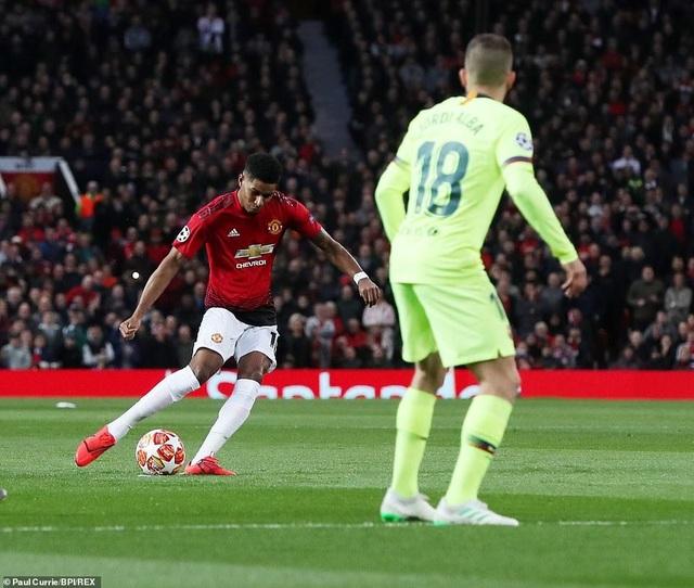 Những khoảnh khắc Barcelona hạ gục Man Utd ở Old Trafford - 14