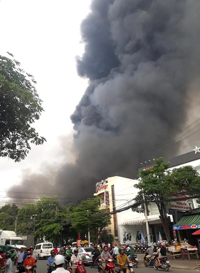 Cháy cực lớn trong khu công nghiệp Sóng Thần 2 - 9