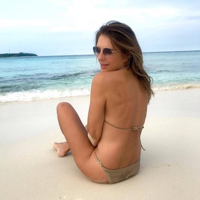 54 tuổi, Elizabeth Hurley vẫn tích cực khoe ảnh bikini - 8