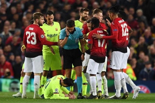 Man Utd 0-1 Barcelona: Luke Shaw phản lưới nhà - 12