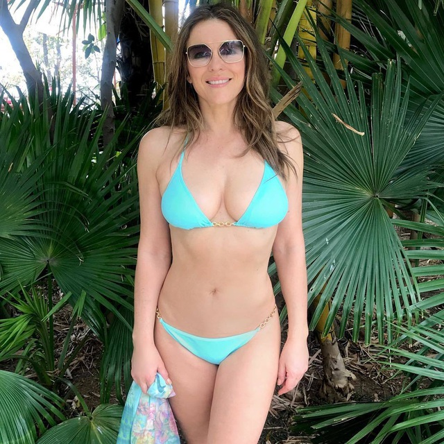 54 tuổi, Elizabeth Hurley vẫn tích cực khoe ảnh bikini - 1