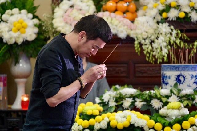 Đám đông cười đùa, nghệ sĩ lặng lẽ tại đám tang Anh Vũ - Ảnh minh hoạ 21