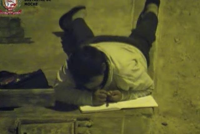 Tấm ảnh cậu bé nhà nghèo không có tiền mua điện bò dưới đèn đường học bài lay động cư dân mạng - 2