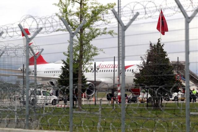 Công ty Trung Quốc bị chỉ trích sau vụ cướp gần 3 triệu USD như phim hành động ở sân bay Albania - 1