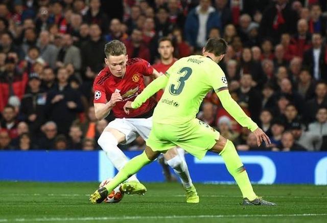 Man Utd 0-1 Barcelona: Luke Shaw phản lưới nhà - 8