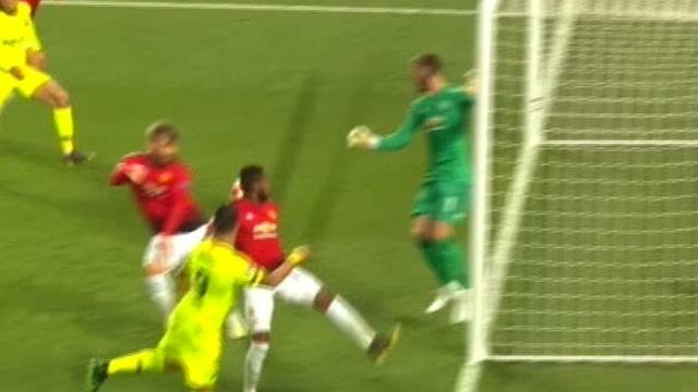 Man Utd 0-1 Barcelona: Luke Shaw phản lưới nhà - 18