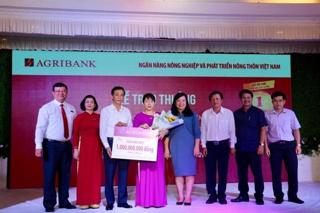 Agribank trao sổ tiết kiệm 01 tỷ đồng cho khách hàng - 1