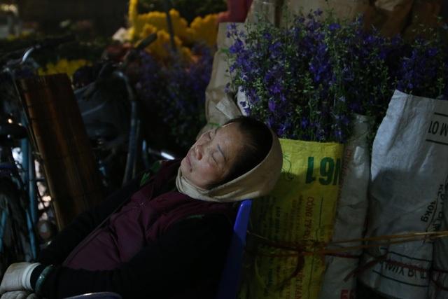 Đêm không ngủ ở chợ hoa nổi tiếng Hà Nội - 11