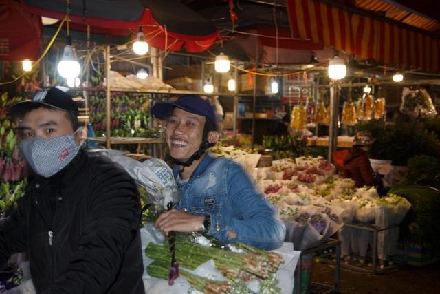 Đêm không ngủ ở chợ hoa nổi tiếng Hà Nội - 2