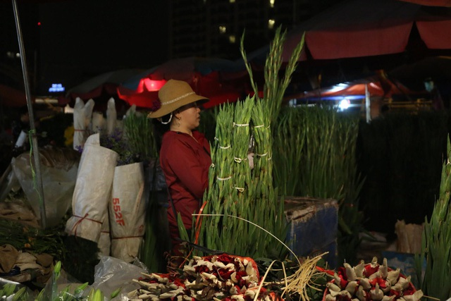 Đêm không ngủ ở chợ hoa nổi tiếng Hà Nội - 8