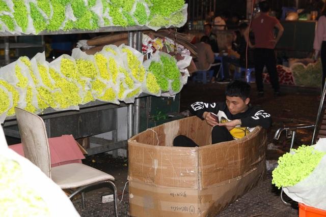 Đêm không ngủ ở chợ hoa nổi tiếng Hà Nội - 9