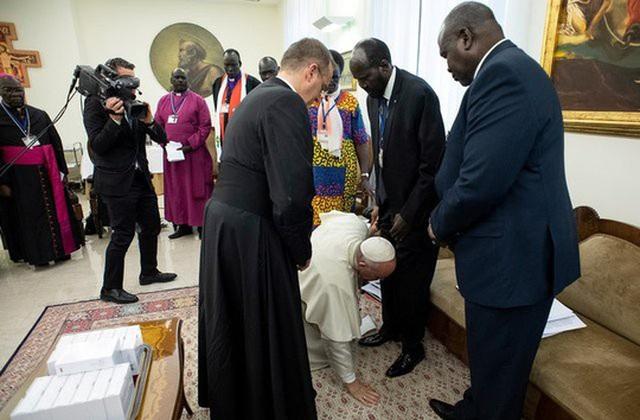 Giáo hoàng Francis quỳ gối hôn chân các lãnh đạo Nam Sudan - 1