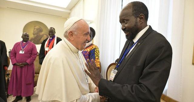 Giáo hoàng Francis quỳ gối hôn chân các lãnh đạo Nam Sudan - 3