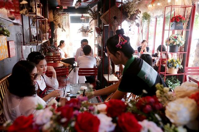 Quán cà phê hè phố theo phong cách Pháp ở Sài Gòn - 11