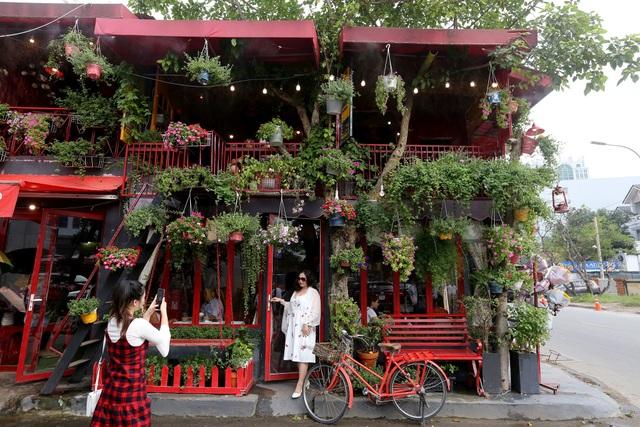 Quán cà phê hè phố theo phong cách Pháp ở Sài Gòn - 2