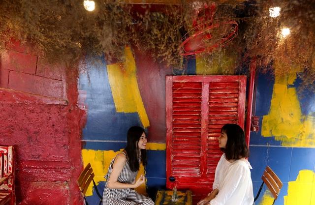 Quán cà phê hè phố theo phong cách Pháp ở Sài Gòn - 8