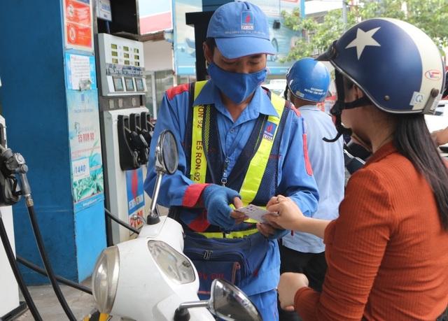 Khách hàng mua xăng dầu PVOIL bằng thẻ quà tặng GOTIT - 1