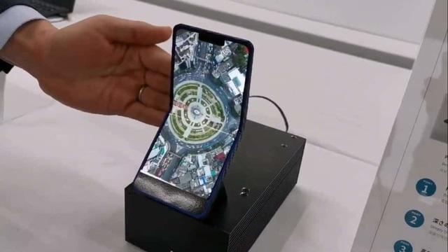 """Sharp giới thiệu smartphone có thể gập được với thiết kế dạng """"vỏ sò"""" - 1"""