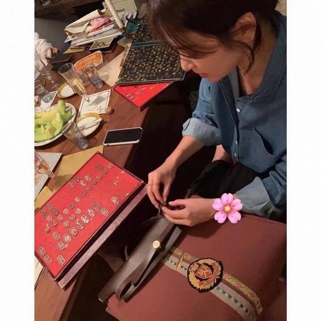 """Song Hye Kyo gắn tên """"ông xã"""" Song Joong Ki lên túi xách - 1"""