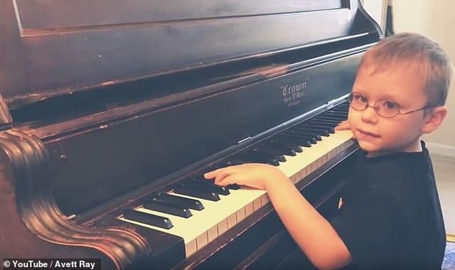 """Clip """"cậu bé mù 6 tuổi đánh piano và hát cực hay"""" khiến dân mạng thán phục - 1"""