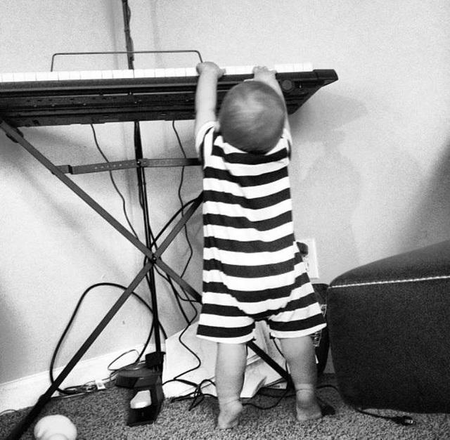 """Clip """"cậu bé mù 6 tuổi đánh piano và hát cực hay"""" khiến dân mạng thán phục - 2"""