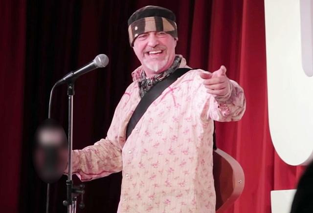 Nam diễn viên hài nói đùa về cơn đột quỵ... qua đời ngay trên sân khấu - 1