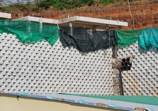 """Dân đồng ý bán đất, Sở nói kiên quyết thực hiện phương án tháo dỡ tường chắn """"khủng"""" - 1"""