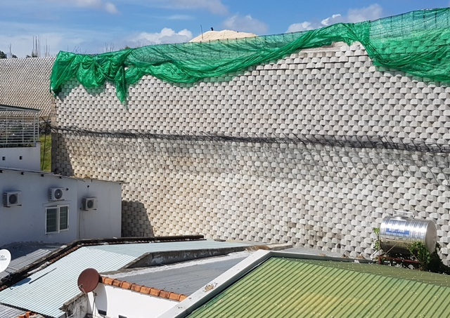 """Dân đồng ý bán đất, Sở nói kiên quyết thực hiện phương án tháo dỡ tường chắn """"khủng"""" - 2"""