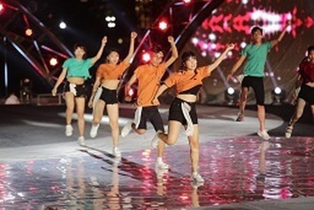 """Sức hấp dẫn đặc biệt của sân chơi tài năng mới: Flashmob """"Sóng tuổi trẻ"""" - 2"""