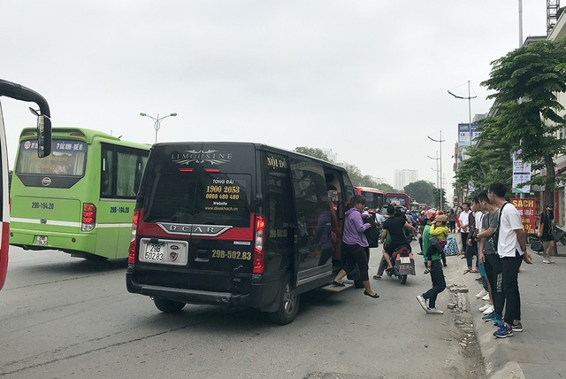 Hà Nội: Ùn tắc nghiêm trọng ở cửa ngõ, xe dù bến cóc hoành hành - 11
