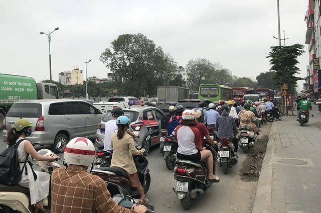 Hà Nội: Ùn tắc nghiêm trọng ở cửa ngõ, xe dù bến cóc hoành hành - 3