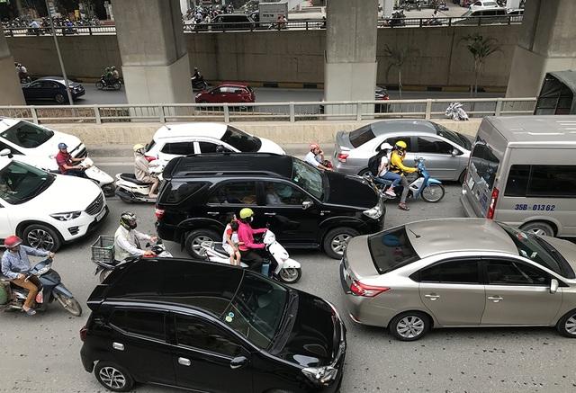 Hà Nội: Ùn tắc nghiêm trọng ở cửa ngõ, xe dù bến cóc hoành hành - 8