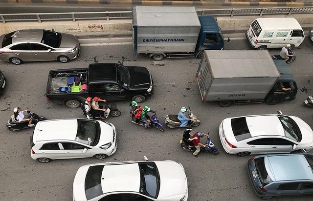 Hà Nội: Ùn tắc nghiêm trọng ở cửa ngõ, xe dù bến cóc hoành hành - 9