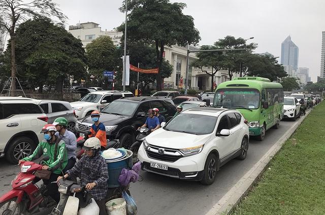 Hà Nội: Ùn tắc nghiêm trọng ở cửa ngõ, xe dù bến cóc hoành hành - 5