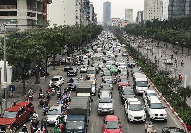 Hà Nội: Ùn tắc nghiêm trọng ở cửa ngõ, xe dù bến cóc hoành hành - 1