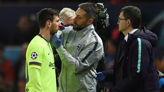 """HLV Barcelona: """"Messi như bị đoàn tầu húc khi lĩnh đòn của Smalling"""" - 1"""
