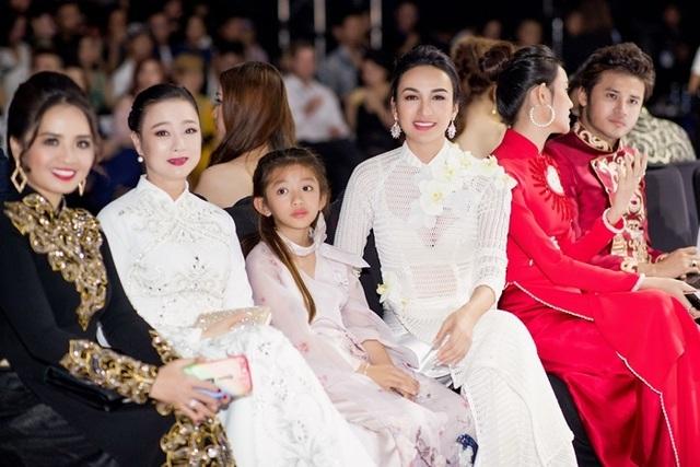 Thuý Diễm hoãn kỷ niệm ngày cưới đi catwalk với Trang Trần, Kim Dung - 11