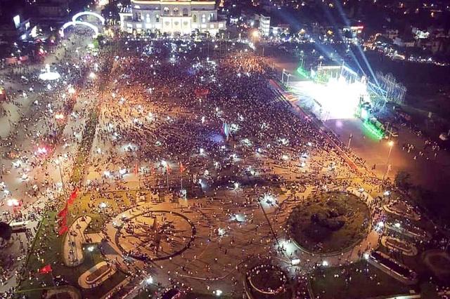 Hàng vạn người mãn nhãn với màn pháo hoa trong đêm khai hội Đền Hùng 2019 - 14