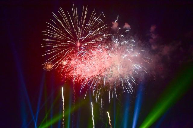 Hàng vạn người mãn nhãn với màn pháo hoa trong đêm khai hội Đền Hùng 2019 - 3