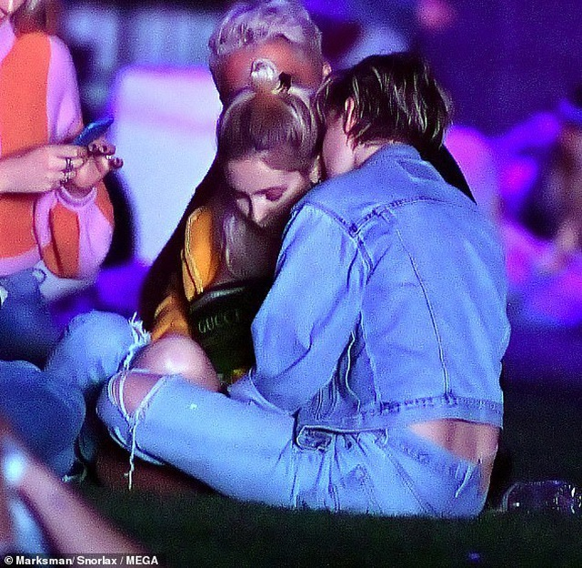 Kristen Stewart hôn say đắm bạn gái mới - 3