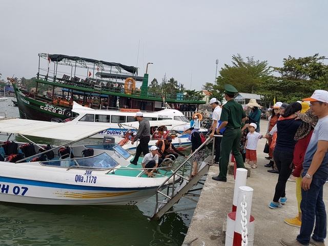 Du khách tham quan Cù Lao Chàm